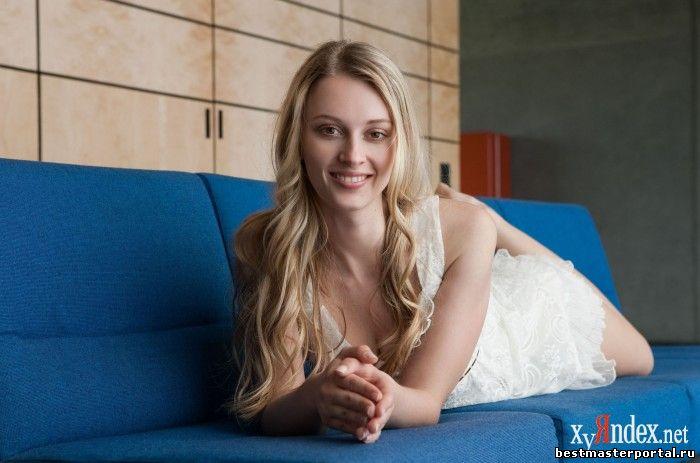 На синем диване (20 фото)